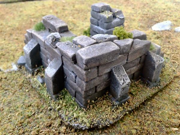 Ein paar überwucherte Ruinen